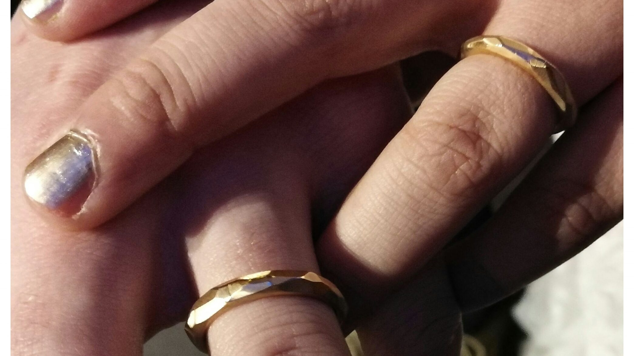 rosé gold wedding rings in a rocky style. Hard brushed finish with a polished line in between the facets